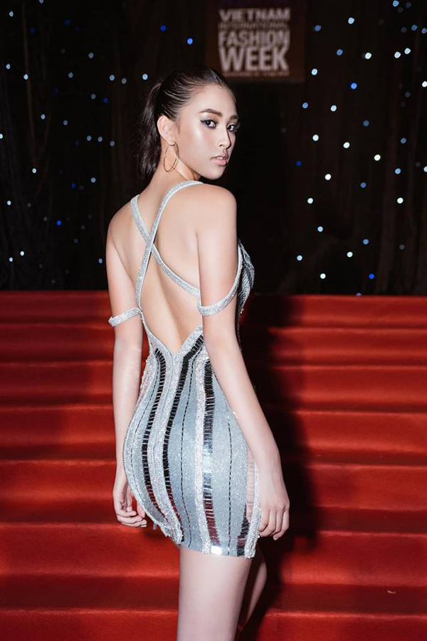 Cùng với váy khoét ngực, các dáng đầm khoe trọn lưng ong mượt mà cũng được các mỹ nhân showbiz Việt ưa chuộng. Hoa hậu Tiểu Vy trẻ trung và cá tính cùng váy ánh kim của Chung Thanh Phong.