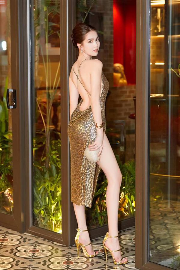 Ngọc Trinh khoe những điểm vàng trên cơ thể với mẫu váy da beo của Đỗ Long.