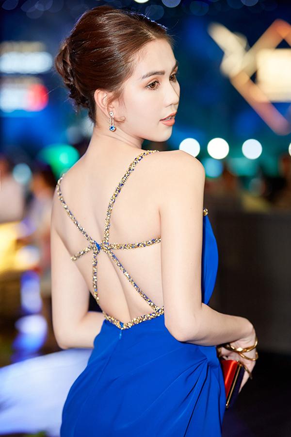 Váy dây đan, cắt cúp ngực đẹp mắt cùng sắc xanh đậm góp phần tôn làn da trắng sáng của Ngọc Trinh.