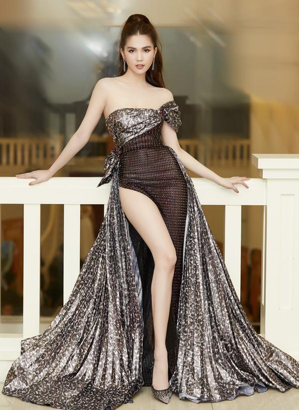 Không dừng lại ở việc diện các mẫu váy khoe trọn lưng trần, Ngọc Trinh còn tạo nên sức hút tại các sự kiện bằng váy xẻ cao.