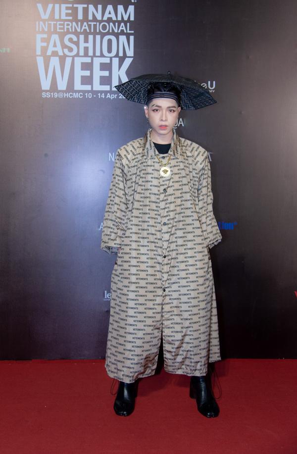 Xuất hiện trong đêm cuối của Tuần lễ Thời trang Quốc tế Việt Nam 2019, ca sĩ Đức Phúc khiến nhiều khách mời 'choáng' vì phong cách kỳ lạ.