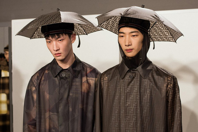 Mẫu phụ kiện phá cách giữa mũ đội đầu và ô đi mưa mà Đức Phúc sử dụng là sản phẩm của thương hiệu Fendi. Nó có giá xấp xỉ 9 triệu đồng.