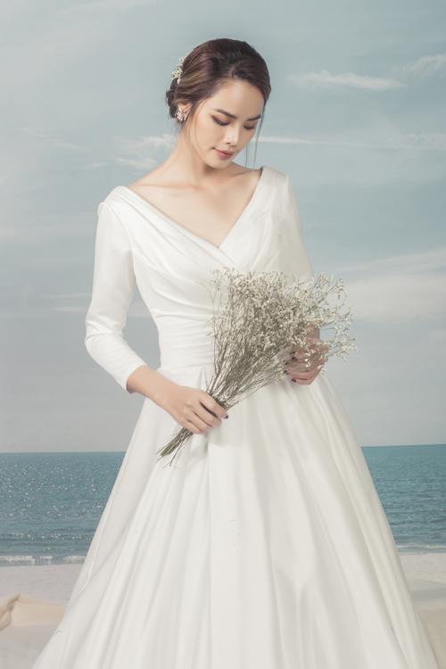 Thiết kế dài tay mang đến vẻ đẹp nhẹ nhàng, thanh lịch và cổ điển cho nàng dâu. Bên cạnh đó, nếu nàng thiếu tự tin về bờ vai thô, gầy hay cánh tay kém thon thả thì áo cưới dài tay có thể giúp nàng 'ngụy trang' hiệu quả.