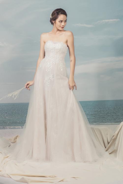 Nét đẹp của cơ thể như khuôn ngực đầy, đôi vai thon hay cần cổ cao trắng ngần sẽ được diễn tả một cách trọn vẹn khi bạn diện váy quây.