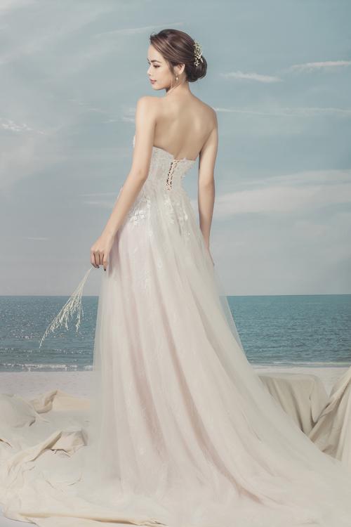 Họa tiết dây leo được phủ ở mặt trước lẫn mặt sau của váy tạo điểm nhấn nhẹ nhàng, khiến nàng trở nên mảnh mai và nữ tính hơn.
