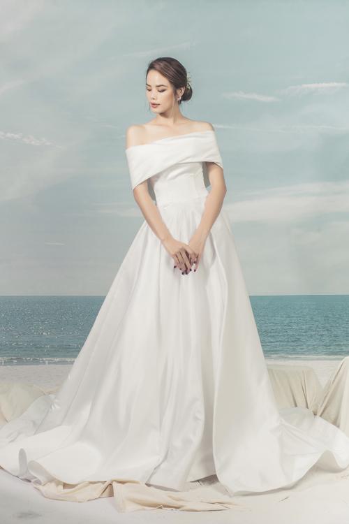 Đôi vai thon và xương quai xanh quyến rũ của nàng dâu hiển hiện ở thiết kế này, khiến chú rể khó có thể rời mắt.