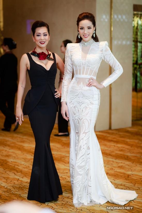 Trong một dịp hội ngộ với Hoa hậu Kỳ Duyên, nữ MC không ngại đọ dáng với người đẹp sinh năm 1996.