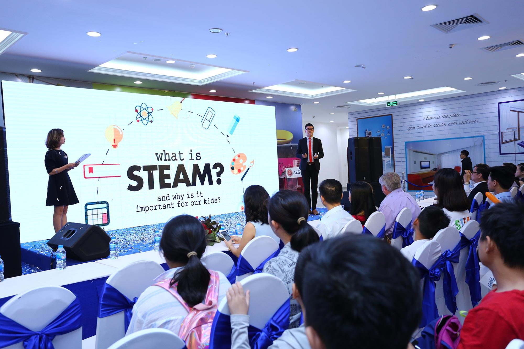 Ông Jeorge Medrano Giám đốc học thuật AEG đang giới thiệu về chương trình STEAM English