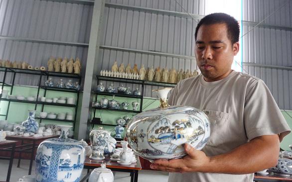 Anh Vang cùng sản phẩm do xưởng mình sản xuất - Ảnh: CÔNG TRIỆU