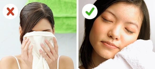 Lau mặt bằng khăn có thể khiến da bị tổn thương do chà xát. Thay vào đó hãy dùng khăn mềm chuyên dụng cho da mặt, thấm nhẹ nhàng. Nếu không vội, bạn có thể để làn da tự khô mà không nhất thiết phải sử dụng đến khăn.