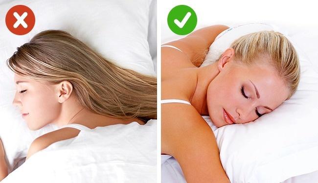 Khi ngủ, bạn nên buộc gọn tóc, tránh để tóc chấm vào da mặt bởi chúng tích tụ không hề ít vi khuẩn, bụi bẩn và mồ hôi từ cơ thể.