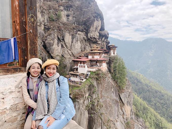 """Ốc Thanh Vân đưa người em thân thiết - diễn viên Mai Phương - đến Bhutan du lịch và cầu nguyện. Sức khoẻ Mai Phương không tốt, khi đi phải có 2 hướng dẫn viên theo sát, nhưng cô vẫn quyết tâm chinh phục nhiều điểm đến trên núi cao. Khi lên tới đỉnh Tiger's Nest, Mai Phương đã bật khóc. Diễn viên Ốc Thanh Vân chia sẻ: """"Có người lên được Tiger's Nest rồi khóc nhè nè. Khóc nhè không phải là vì mệt hay đau nha, mà là nghĩ, ôi mình đã làm được! Để lên được đây, chúng mình phải qua 3 chặng, cuốc bộ leo núi 4 km, vừa leo vừa động viên nhau cố lên, mệt thì ngồi nghỉ, nhấp ngụm nước, rồi lại leo tiếp. Cầu nguyện rồi hai chị em lại leo xuống""""."""