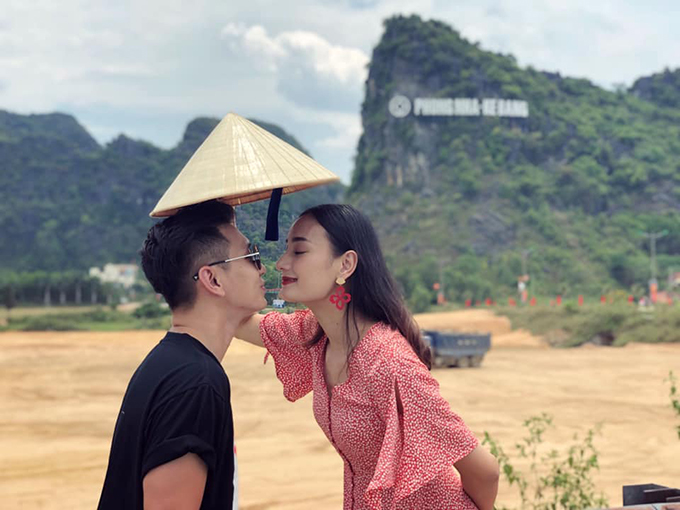 Lê Thuý và chồng về quê Quảng Bình dịp 30/4 - 1/5. Hai người tranh thủ viếng thăm mộ Đại tướng Võ Nguyên Giáp ở Vũng Chùa, sau đó tới Phong Nha - Kẻ Bàng và thưởng thức nhiều món đặc sản.