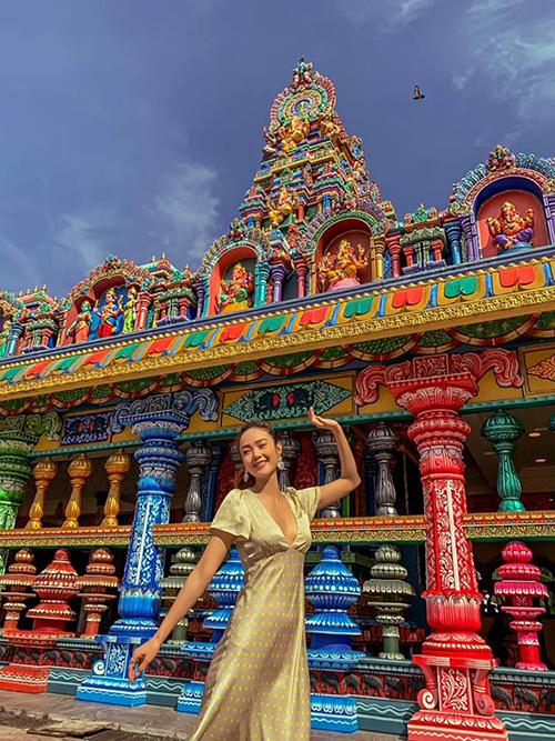 Minh Hằng có chuyến du lịch đến Malaysia. Cô cho biết bản thân đang tranh thủ tận hưởng những ngày nghỉ hiếm hoi trước khi bước vào guồng công việc mới. Nữ ca sĩ không quên tạo dáng bên tháp đôi Petronas nổi tiếng ở Kuala Lumpur và tới thăm động Batu rực rỡ sắc màu.