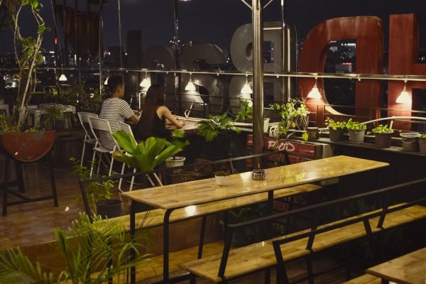 20. Ngắm toàn cảnh Sài Gòn về đêm với 5 quán café sau