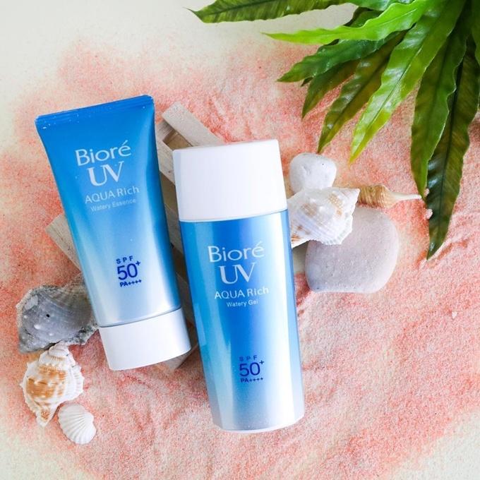 Kem chống nắng Biore Aqua Rich Watery Essence SPF50+/PA++++ là kem chống nắng hóa học nền nước, phù hợp với da dầu. Sau khi thoa lên da, sản phẩm sẽ tạo thành lớp nền nhẹ, nâng tone da tự nhiên.  Giá tham khảo: 150.000 đồng.