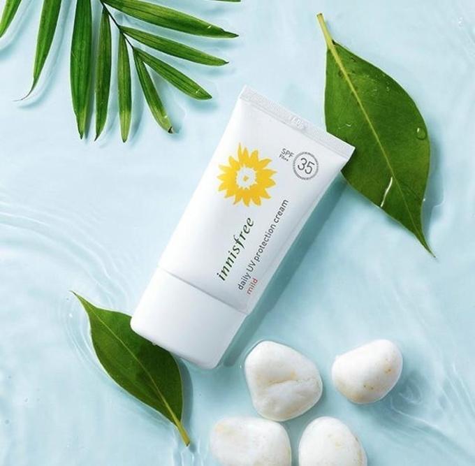 Innisfree Eco Safety No Sebum Sunblock SPF35 PA+++ gây ấn tượng ở khả năng kiềm dầu, chất kem màu trắng dễ tán giúp che phủ lỗ chân lông, làm trắng da.  Giá tham khảo: 200.000 đồng.