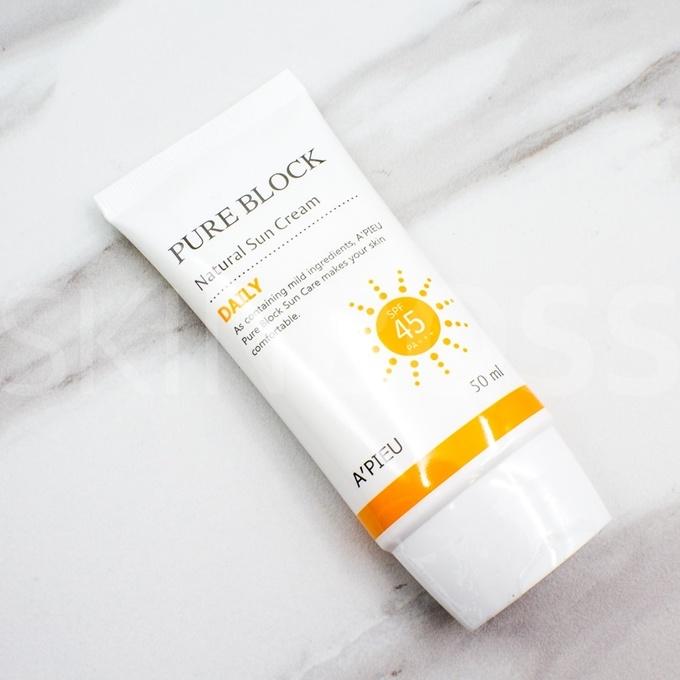 A' Pieu Natural Sun Cream Daily có kết cấu dạng lotion lỏng, dễ dàng thẩm thấu vào da, để lại lớp nền có độ bóng nhẹ tự nhiên. Khả năng che phủ khuyết điểm vừa phải nên sản phẩm này thích hợp với những làn da không có nhiều khiếm khuyết.  Giá tham khảo: 150.000 đồng.