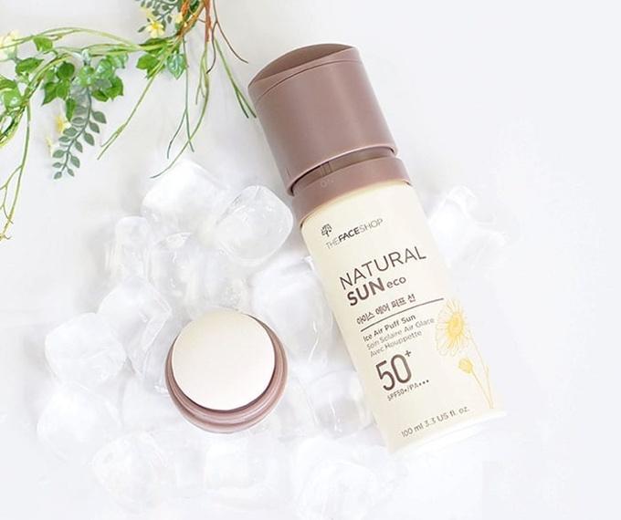 The Face Shop Natural Sun Eco Ice Air Puff Sun có chất kem mỏng, màu nâu nhẹ, có thể che phủ các khuyết điểm nhỏ như vết thâm hay vùng da có mụn cám.  Giá tham khảo: 350.000 đồng.