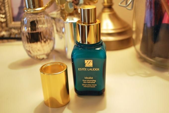 Esstee Lauder Idealist Pore Minimizing Skin Refinisher là sản phẩm đặc trị lỗ chân lông to vùng chữ thời bổ sung độ ẩm, đem lại vẻ căng mịn cho làn da trong thời gian ngắn. Giá tham khảo: 1.500.000 đồng (30 ml)