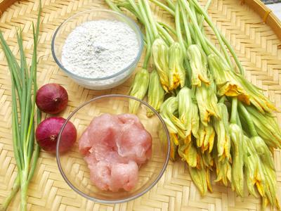 Bước 1: Bông bí bỏ phần nhuỵ và đài hoa rửa sạch để ráo nước. Cá thì nêm ít tiêu, nước mắm, hạt nêm. Xong tán cho dẻo.