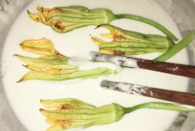 Bước 2: Nhồi cá vào đầu của hoa. Bước 3: Pha bột với nước lạnh tới khi sệt vừa phải, nhúng hoa vào bột.