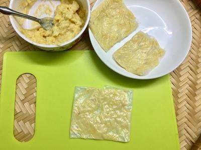Bước 2: Bánh tráng làm ướt qua nước, cho sầu riêng vào giữa, gấp 4 đầu bánh lại rồi để qua đĩa lớn hoặc mâm, tránh chồng lên nhau, vì dễ dính.
