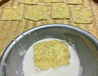 Bước 3: Cho vào bột một nhúm muối nhỏ, thêm nước từ từ tạo hỗn hợp sệt.