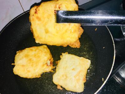 Bước 4: Chờ cho dầu nóng sôi thì lấy sầu riêng nhúng vào bột rồi thả vào chảo. Lật bánh nhẹ nhàng cho chín đều và chiên đến khi bánh chín vàng thì vớt ra để lên đĩa lót giấy thấm dầu.
