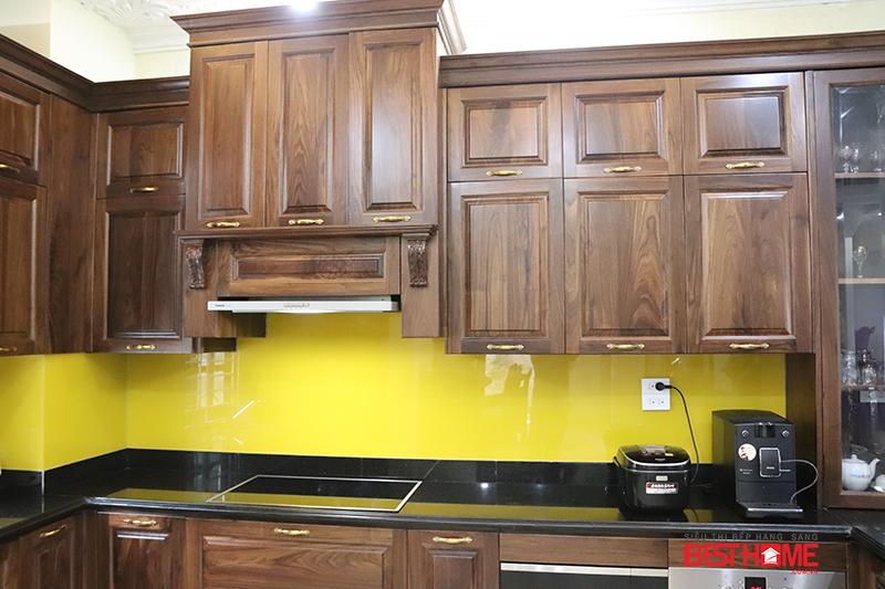 Vật liệu gỗ óc chó là ưu tiên số một để thi công tủ bếp hạng sang với độ bền cao