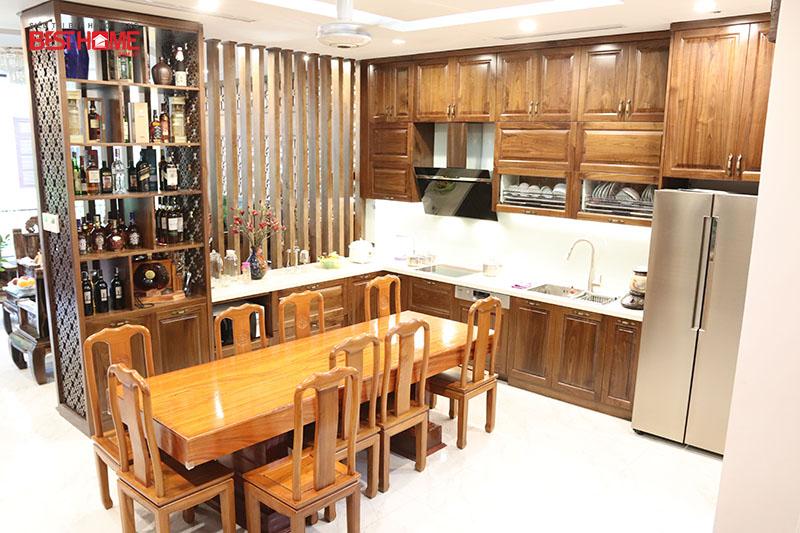 Không gian bếp sang trọng được làm bằng gỗ óc chó