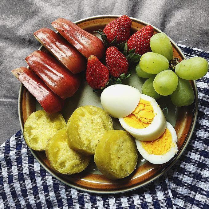 Các bữa ăn của cô nàng gần như không thể thiếu trái cây tươi, giúp bổ sung vitamin cần thiết cho cơ thể. Tinh bột được tiêu thụ chủ yếu từ khoai lang, gạo lứt, yến mạch... Các loại thực phẩm này có hàm lượng chất xơ cao hơn hẳn so với cơm nên giúp cơ thể nhanh no, no lâu.