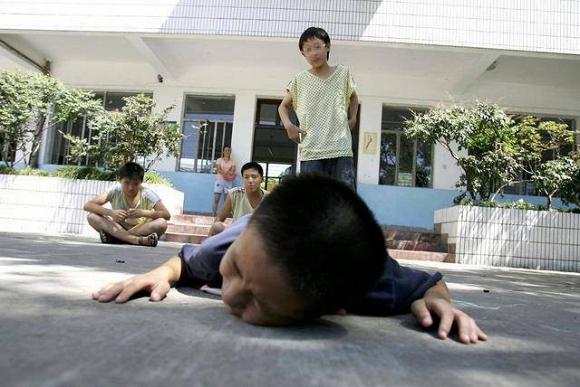 28.Khi con bị bắt nạt, cha mẹ đừng dạy con nói 3 từ này bằng không càng khiến trẻ bị tổn thương nặng nề hơn