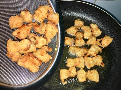 Bước 2: Đun dầu nóng, cho thịt vào chiên giòn với lửa vừa, thịt vàng giòn vớt ra để ráo dầu.