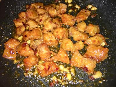 Bước 4: Cho ra đĩa, ăn kèm dưa leo và cơm nóng.