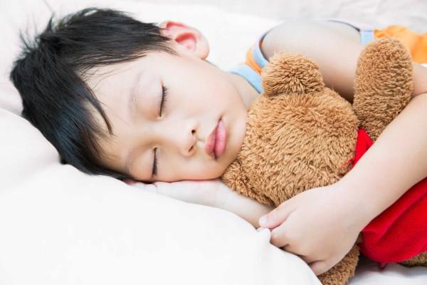 29.Mẹ nên làm gì khi con ngủ hay giật mình1