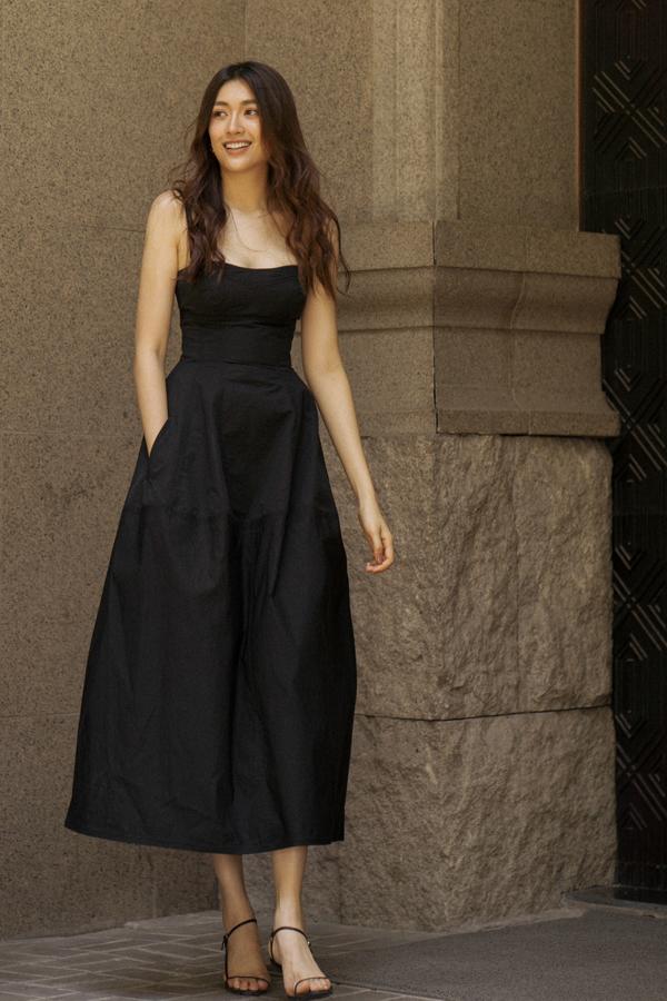 Phần xiết eo độc đáo cũng góp phần tạo nên sự cuốn hút cho các mẫu váy dáng dài của Lâm Gia Khang ở bộ sưu tập lần này.