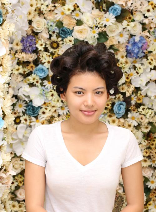Đầu tiên, làn da được làm sạch với sữa rửa mặt, dưỡng ẩm. Sau đó, chuyên gia trang điểm Hồ Khanh thoa kem lót.