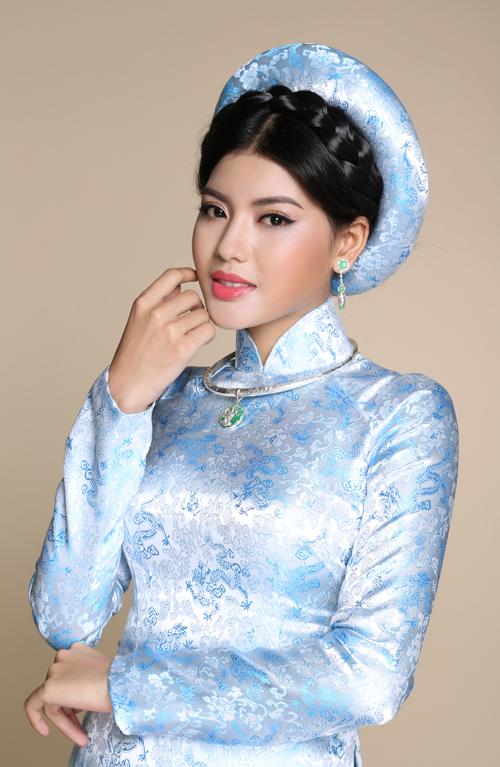 Khi diện trang phục áo dài cưới truyền thống, nàng có thể lựa chọn kiểu kẻ eyeliner sắc nét để diện mạo thêm nổi bật, cuốn hút. Sau đó là uốn mi cong, chuốt mascara để gương mặt trở nên yêu kiều.