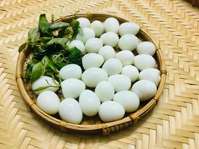 Bước 1: Trứng cút luộc chín, lột vỏ. Đem trứng chiên lên, thấy trứng phồng lên vàng đều thì vớt ra.