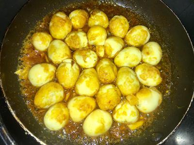 Bước 4: Khi nào trứng được phủ đều sốt thì cho ra đĩa, ăn kèm rau răm và bánh mì. Trứng béo hoà cùng sốt thơm lừng, mặn mặn ngọt ngọt.