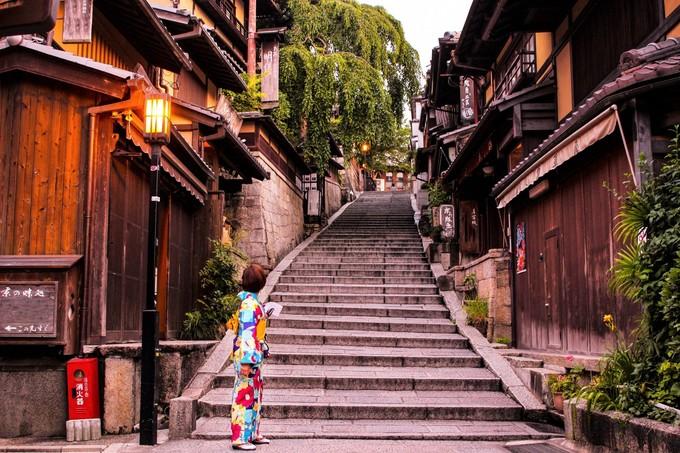 Bên cạnh đó, thứ gây ấn tượng với khách du lịch là những con đường dẫn lên chùa đẹp như một thước phim cổ trang. Bạn có thể diện bộ kimono hoặc hóa trang thành các Maiko (Geisha tập sự) dạo phố, chụp cả trăm kiểu ảnh không biết chán.