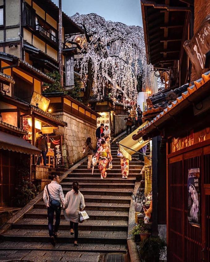 Ban đêm, khung cảnh trở pha chút ma mị bởi ánh đèn vàng từ các nhà hàng, nhất là vào ngày mưa. Bước trên những bậc thềm đá, dãy nhà gỗ truyền thống hai bên đường làm bạn có cảm giác như đang quay ngược thời gian.