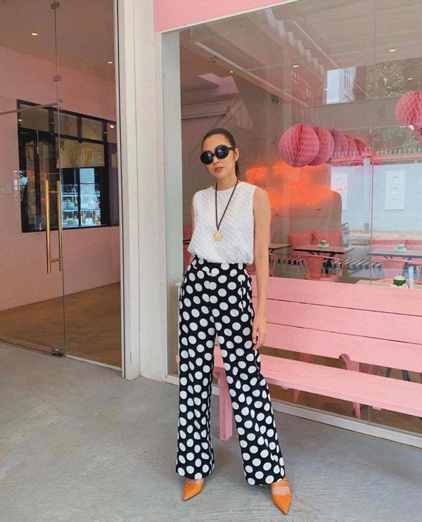 Tăng Thanh Hà mix màu trắng đen hài hòa cho set đồ gồm áo sát nách và quần ống suông - trang phục được các fashionista 'săn lùng' ở mùa hè 2019.