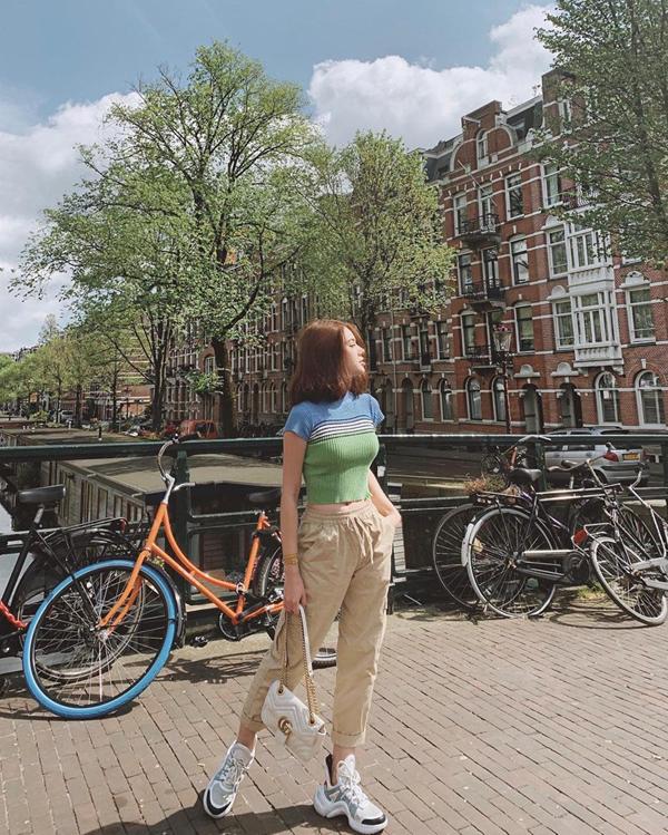 Jolie Nguyễn ăn diện đơn giản nhưng vẫn không thiếu yếu tố hợp mùa, hợp mốt khi đi du lịch.