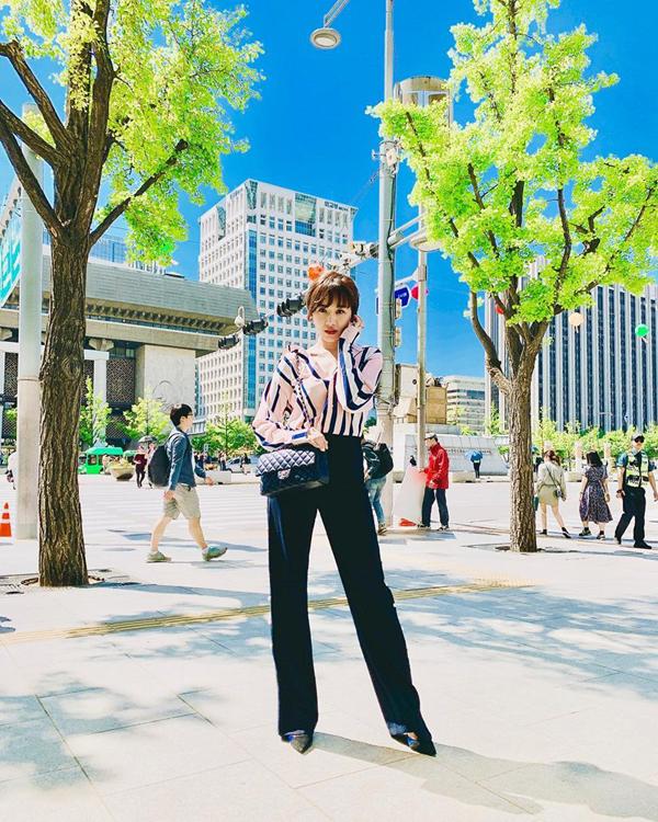 Hari Won thể hiện phong cách thời trang không 'thua chị, kém em' với sơ mi lụa và quần suông ống rộng kiểu dáng thanh lịch.
