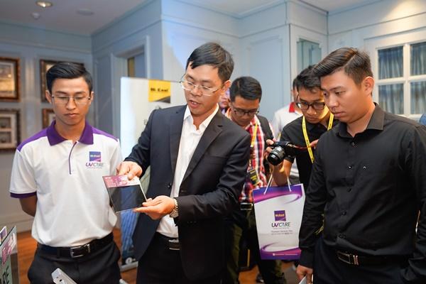 Ông Đồng Xuân Chính - GĐ Điều hành Hi-Kool Việt Nam trực tiếp giới thiệu và thao tác trải nghiệm tính năng sản phẩm Hi-Kool UVCARE