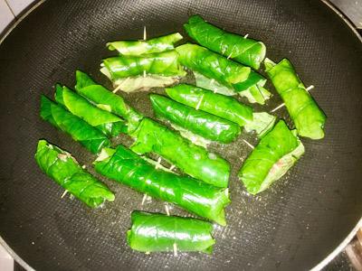Bước 3: Chảo nóng cho ít dầu ăn, xếp từng cuốn lên để lửa nhỏ vừa, trở mặt đến khi thấy lá hơi cháy xém là được. Cho bò ra đĩa, thêm lạc lên trên.