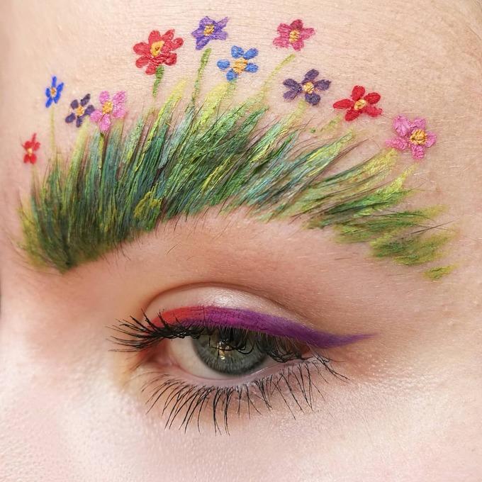 Cô gái này lại chọn cách vẽ một vườn hoa rực rỡ trên lông mày kết hợp kẻ mắt cùng tone màu.