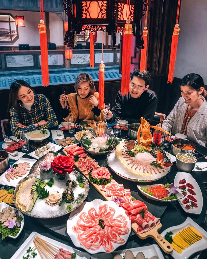 Giờ cao điểm, bạn phải xếp hàng khá lâu hoặc không được chọn vị trí ngồi đẹp nếu không đặt bàn trước. Đối với loại phòng riêng dành cho nhóm bạn hoặc gia đình có không gian tách biệt với bên ngoài, không bị làm phiền bởi người khác thì yêu cầu khách phải bỏ ra nhiều tiền hơn mới được đặt.